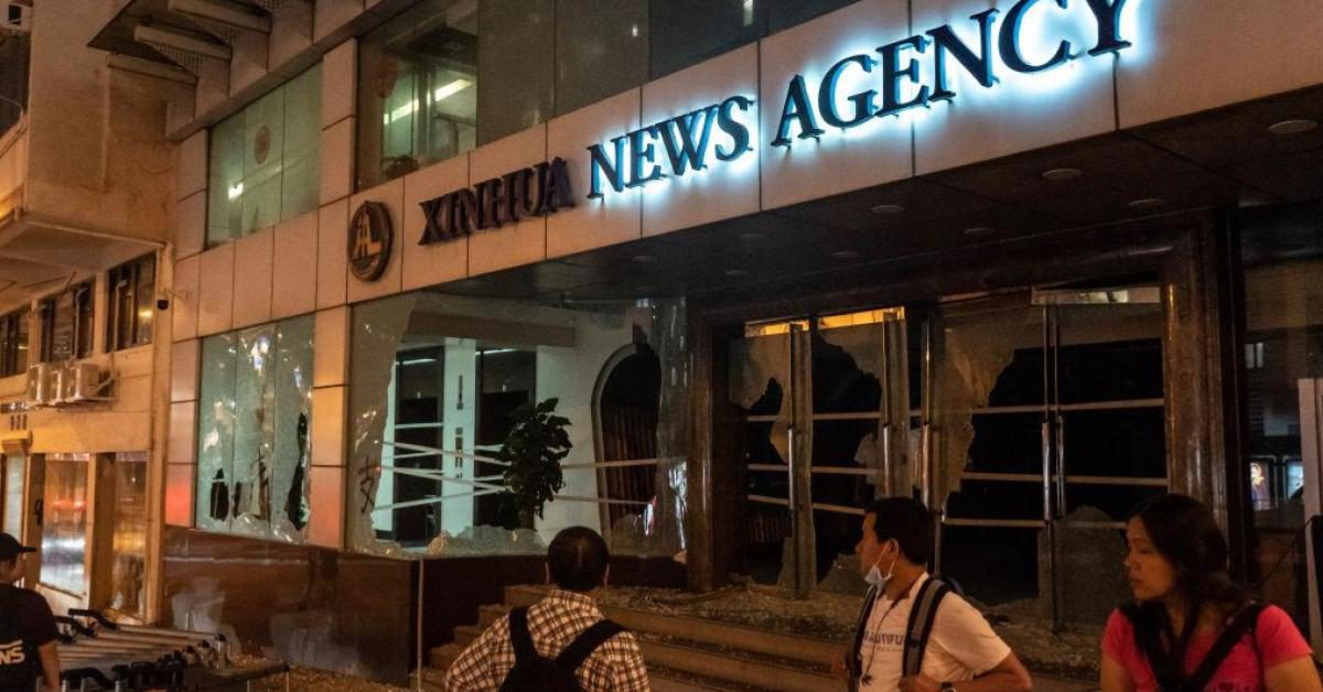 ม็อบฮ่องกงบุกทำลายอาคารสำนักข่าวซินหัวในฮ่องกง