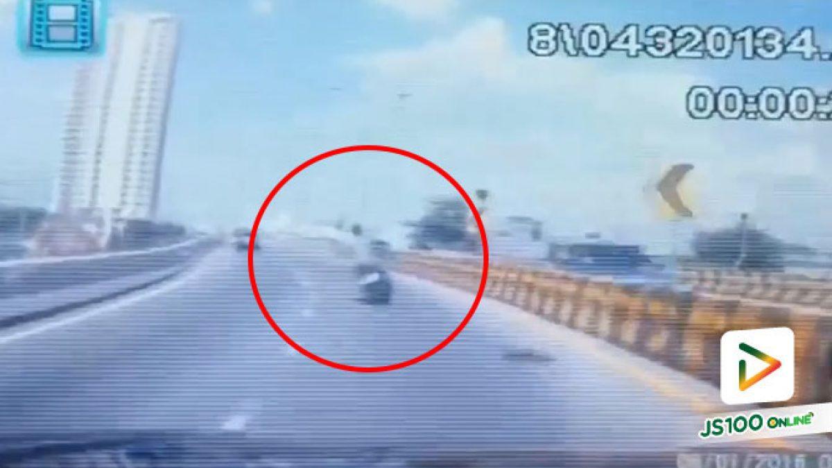 รถจยย.ซิ่ง หลุดโค้งบนสะพานพระราม 4 พุ่งชนแบริเออร์และเสาไฟฟ้า เสียชีวิต 1 คน สาหัส 1 คน