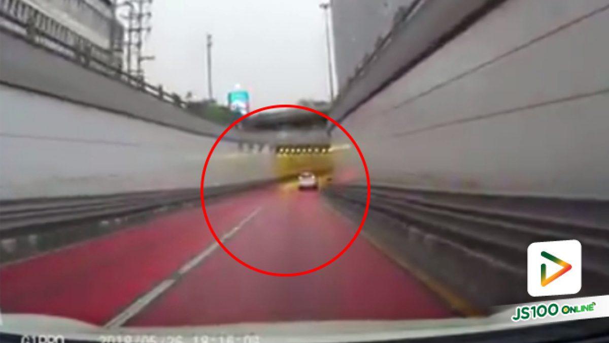 คลิปอุทาหรณ์ฝนตกถนนลื่นอย่าประมาทในการขับขี่ไม่เช่นนั้นอาจะเป็นแบบนี้นะครับ (30-05-61)