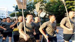 'ทหารจีน' ลงพื้นที่ประท้วงฮ่องกงเคลียร์ถนน หลังเหตุม็อบปะทะตำรวจ