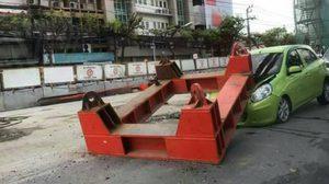สยอง! ผู้ใช้รถหวิดดับ หลังเครนก่อสร้างรถไฟฟ้าสีเขียวหล่นทับ