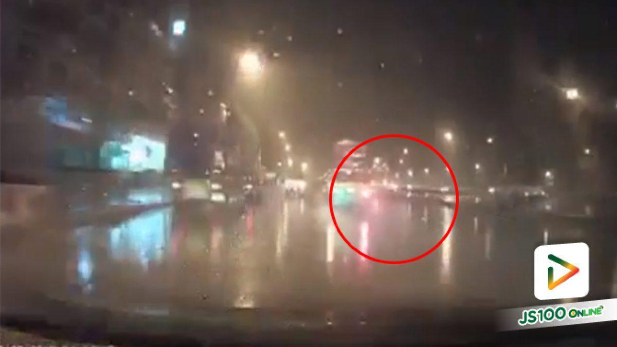 อุทาหรณ์ฝนตกถนนลื่นอย่าขับรถเร็วไม่งั้นอาจะเป็นแบบนี้ เหตุเกิดถนนบ้านกล้วย-ไทรน้อย จ.นนทบุรี (08-10-61)