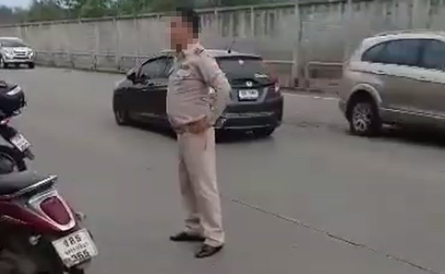 เปิดคลิป ชายสวมชุดข้าราชการ ชี้นิ้วตำหนิกู้ภัย โบ้ยต้นเหตุรถติด