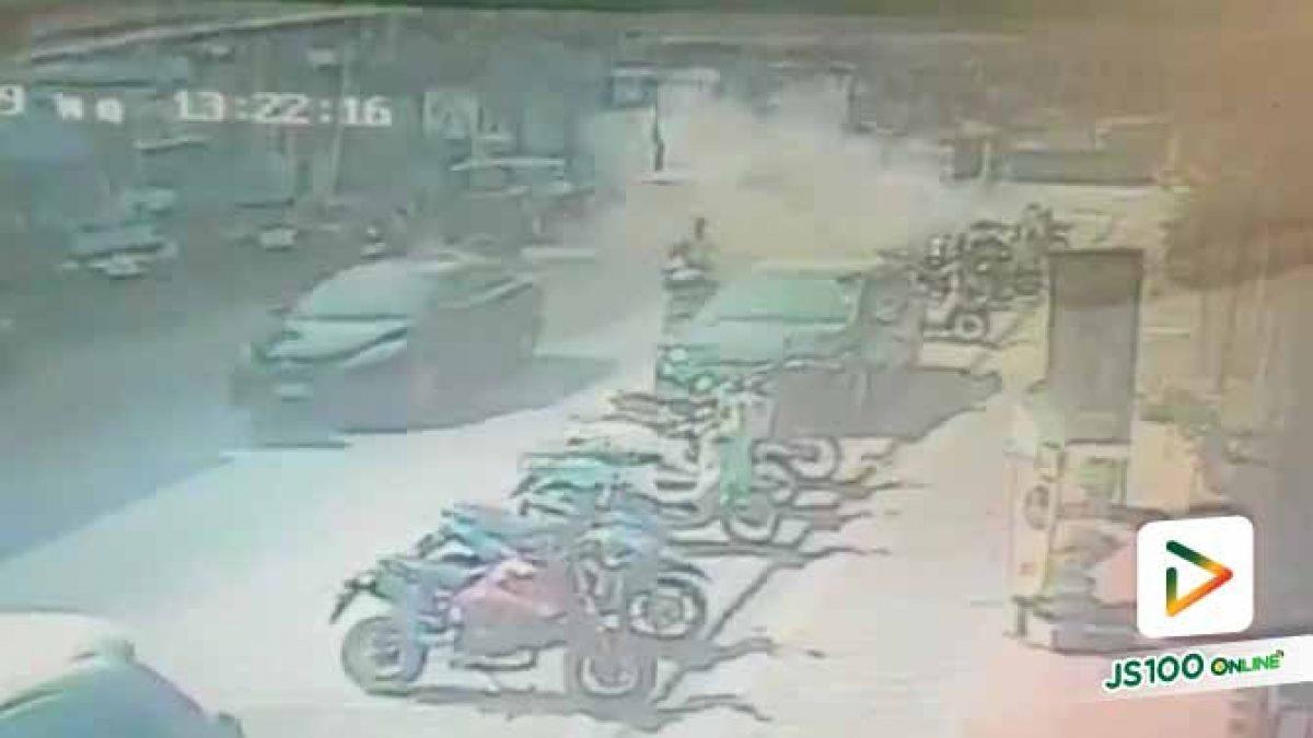 เคราะห์ร้ายมากๆ ขับมอเตอร์ไซค์อยู่ดีๆ ฝาท่อกลางถนนระเบิดใส่บาดเจ็บสาหัสกลางเมืองลำปาง (26-12-62)
