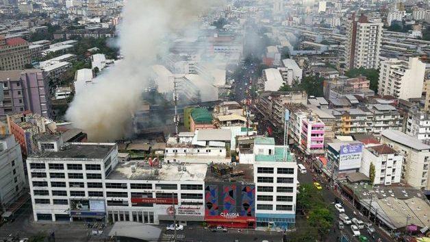 เกิดเหตุไฟไหม้ชุมชนย่านห้วยขวาง เพลิงสงบแล้ว จนท.เร่งตรวจสอบ