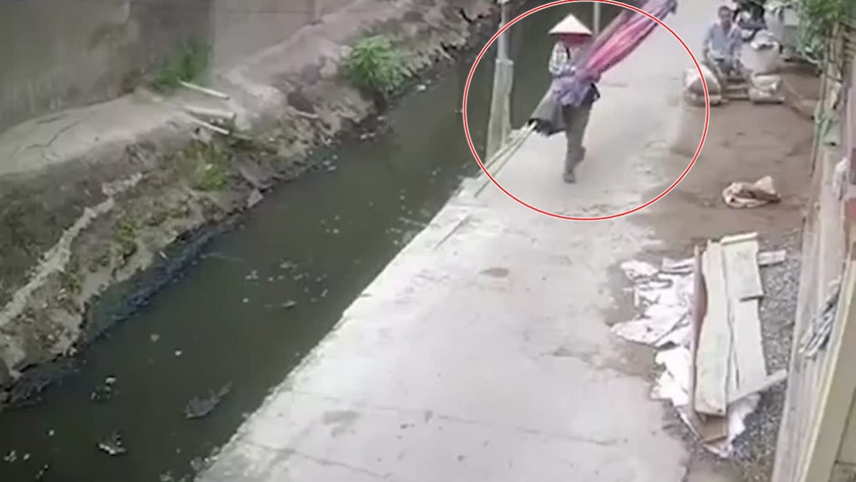 เมื่อความบังเอิญ! พาซวย แม่ค้าเดินอยู่ดีๆ แท้ๆ ดันต้องตกน้ำแบบไม่ทันตั้งตัว