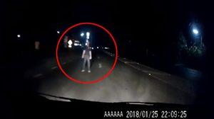 คนหรือผี คลิปหนุ่มโผล่ยืนขวางถนนที่โคราช โชคดีไร้บาดเจ็บ-เสียชีวิต