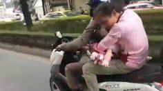 ตำรวจนำเด็กน้อยป่วยไข้สูง ซ้อนรถจักรยานยนต์ ส่งโรงพยาบาล