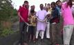 หนุ่มอินเดียโดนงูเหลือมฉกขณะถ่ายเซลฟี่
