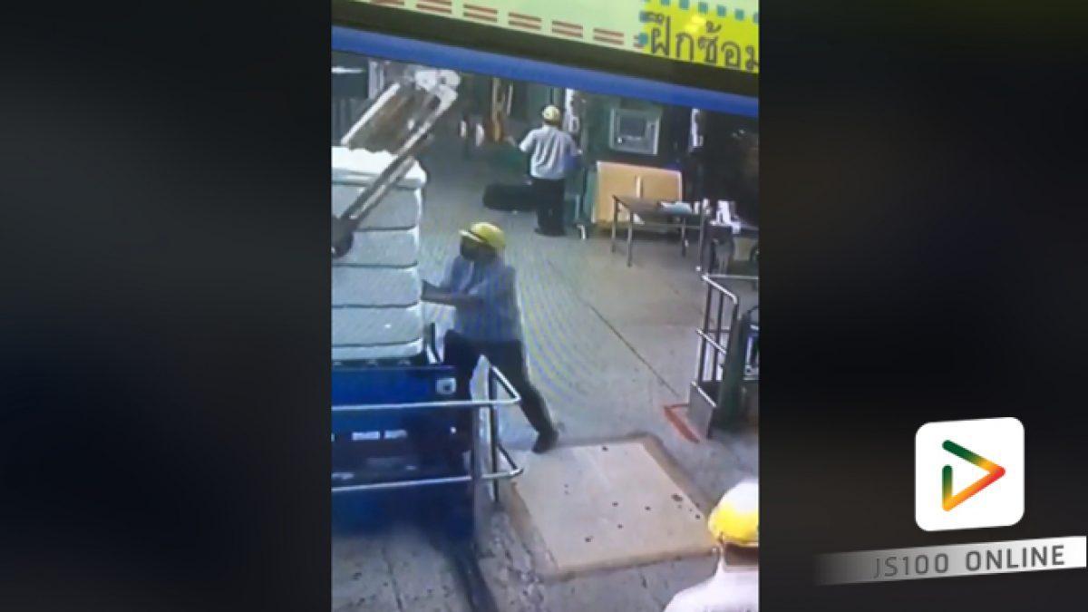 คลิปอุทาหรณ์!! ชายถูกเครื่องปั่นจั่นหล่นใส่ศีรษะ (08-03-61)