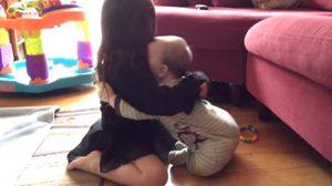 น่ารักสุดๆ  ชมคลิป 2 พี่น้อง เมื่อ ทารกน้อย พยายามกอดพี่สาว