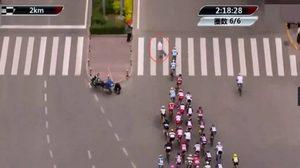 หวิดตายหมู่!! หนุ่มจีนอุตริเดินข้ามถนนระหว่างการแข่งจักรยาน
