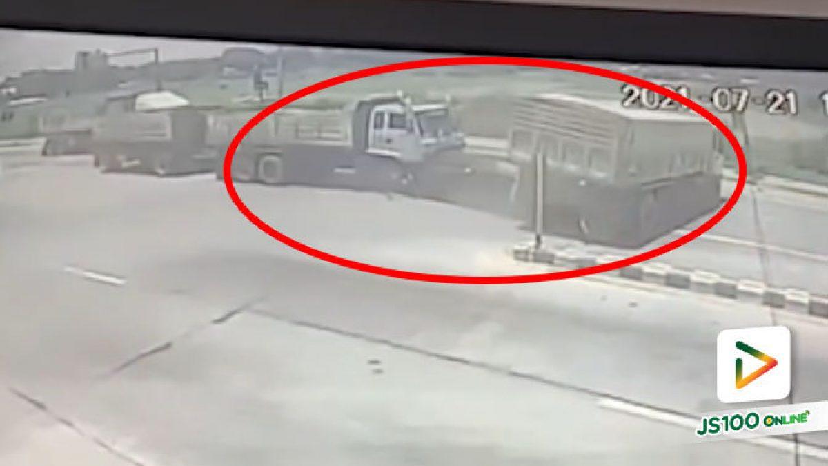 รถบรรทุกเบรคแตกชนท้าย BENZ จอดติดไฟแดง ก่อนชนรถบรรทุกข้ามแยกซ้ำ คนขับรอดหวุดหวิด