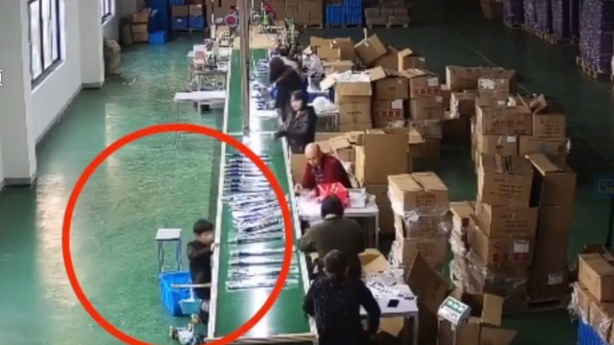 CCTV จับภาพ นาที เด็กจีน ถูกสายพานดูดเข้าไปใต้เครื่องลำเลียงสินค้า