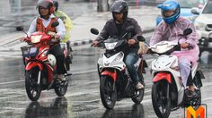 ภาพบรรยากาศ ปชช. เดินทางไปทำงาน ท่ามกลางสายฝน