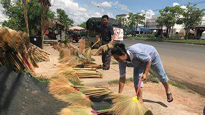 สาวอีสาน ขายไม้กวาดตามข้างทาง สร้างรายได้ เดือนละ 3 หมื่นบาท