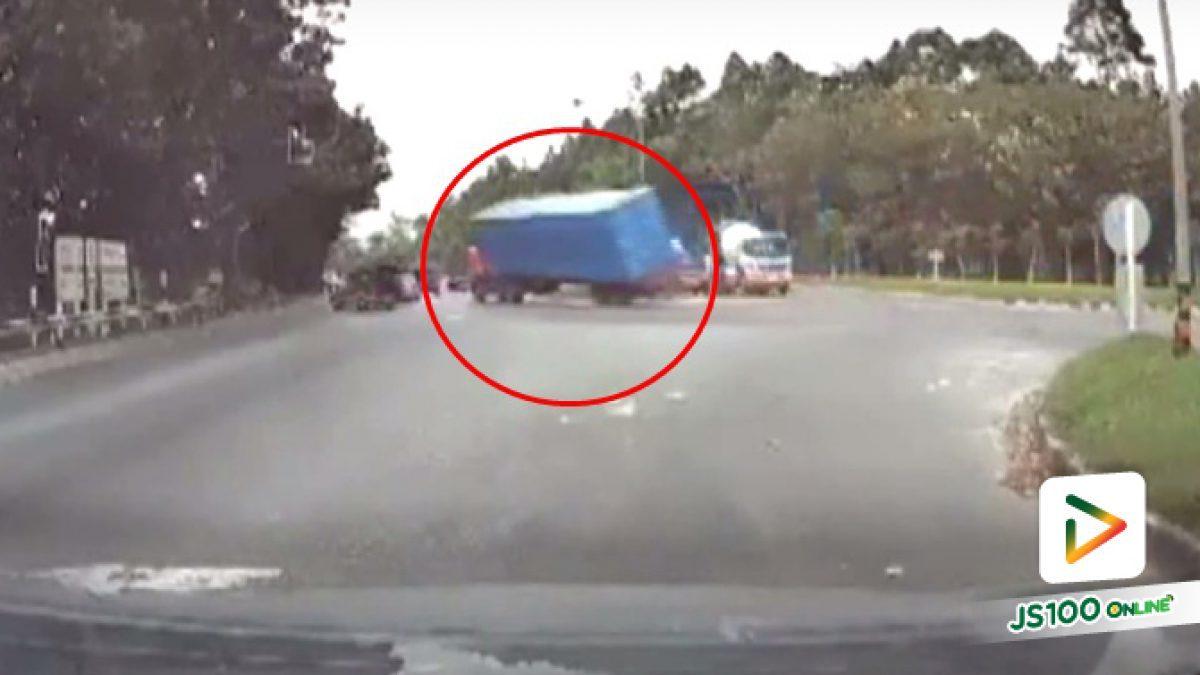 นาทีตู้คอนเทนเนอร์หล่นจากท้ายรถบรรทุก ใส่รถสองแถวหักหลบเข้าข้างทาง จ.นครศรีธรรมราช (24-01-62)