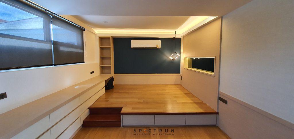 ห้องนอนชั้นบน ส่วนของเตียงนอนยกพื้น ด้านล่างเป็นลิ้นชักเก็บของ