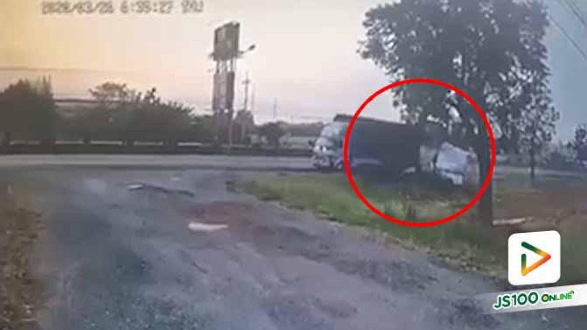 ปิคอัพเสียหลักพุ่งชนท้ายรถบรรทุกที่จอดอยู่ริมถนน คนขับเสียชีวิต (26/3/2020)