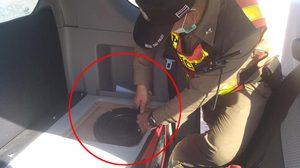 หนุ่มเซ็งตำรวจทำเกินเหตุ ใช้ไขควงแกะลำโพงในรถ ค้นอย่างละเอียด
