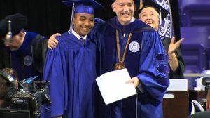 งานรับปริญญา Carson Huey เด็กอัจฉริยะวัย 14 ปี จบสาขาฟิสิกส์