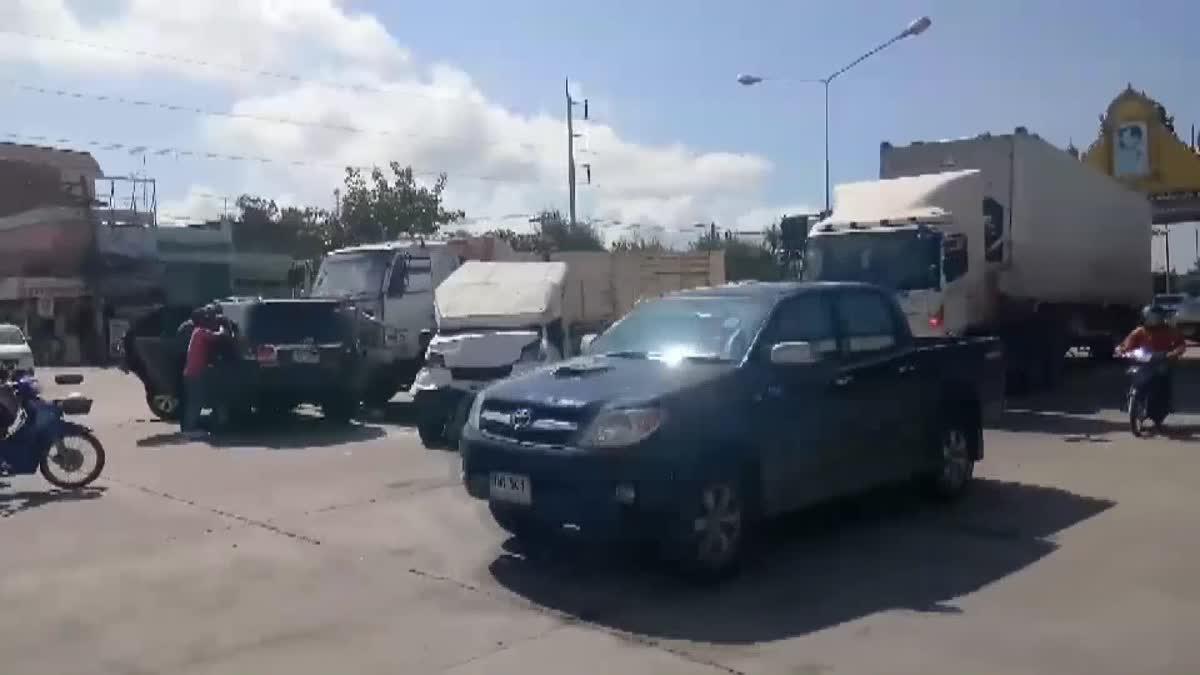 สิบล้อพุ่งชนรถชาวบ้านกลางสี่แยกพังยับ คนขับอ้างรถมีปัญหา