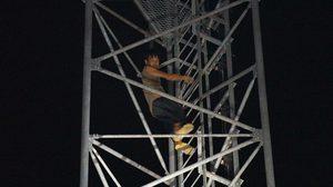 หนุ่มเมาปีนเสาสัญญาณ แม่เกลี้ยกล่อมสำเร็จ ก่อนพลัดตกขณะปีนลง เจ็บสาหัส