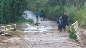 ฮีโร่ตัวจริง! ตำรวจฝ่ากระแสน้ำ ช่วยเด็กถูกน้ำป่าซัด รอดปาฏิหาริย์
