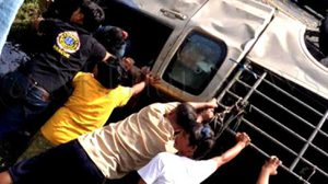ชื่นชมชาวบ้าน-อาสาสมัคร นครศรีฯ ช่วยพลิกรถประสบอุบัติเหตุ