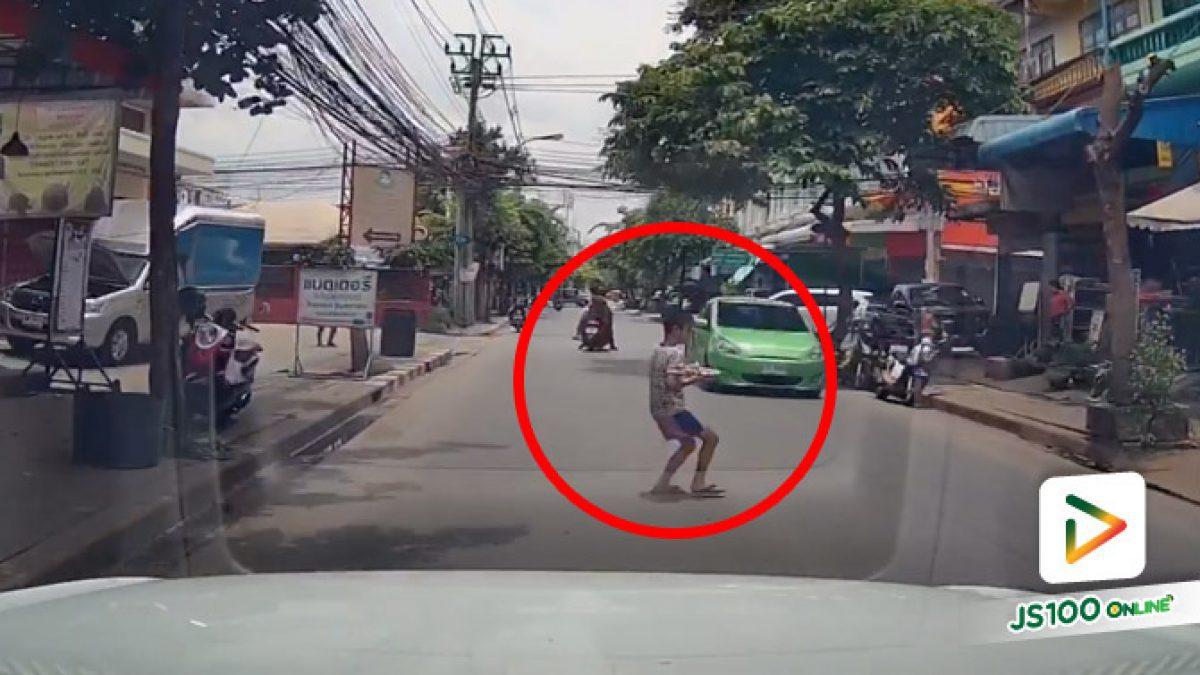เด็กชายวิ่งข้ามถนนไม่มองซ้ายขวา เคราะห์ดีรถยนต์เบรคกันทัน (24/07/2020)