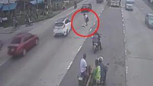 ประทับใจ!!  นักเรียนหญิงฝ่าจราจร เข้าช่วยสุนัขถูกรถชนกลางถนน