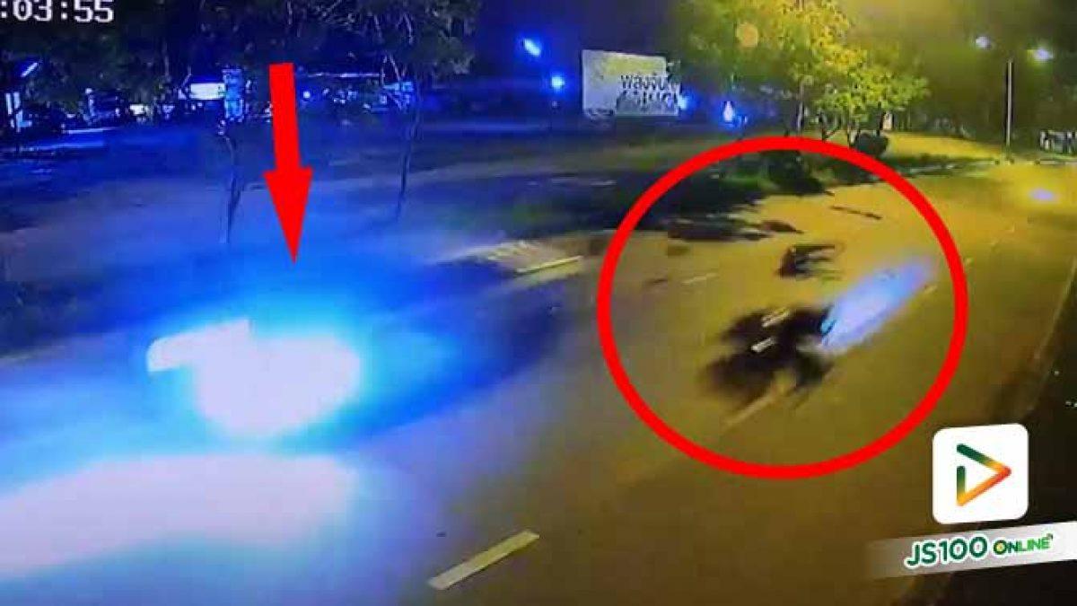 เก๋งซิ่งเฉี่ยวชนจยย.เจ้าหน้าที่ตำรวจจราจร ร่างไถลไกล ก่อนหลบหนี