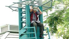 ระทึก ! ชายปีนเสาไฟสนามบอล มธ. เจ้าหน้าที่เกลี้ยกล่อมวุ่น