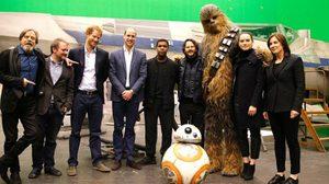 ประมวลภาพ : สองเจ้าชายแห่งราชวงศ์อังกฤษ เสด็จเยือนกองถ่าย Star Wars: Episode VIII