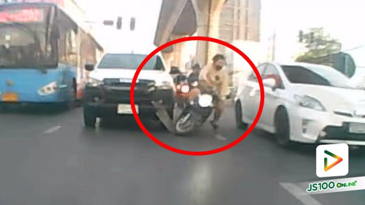 ขี่แทรกอยู่ดันเหยียบของที่ตกบนถนน เกือบโดนรถเก๋งทับเลย (23/03/2021)