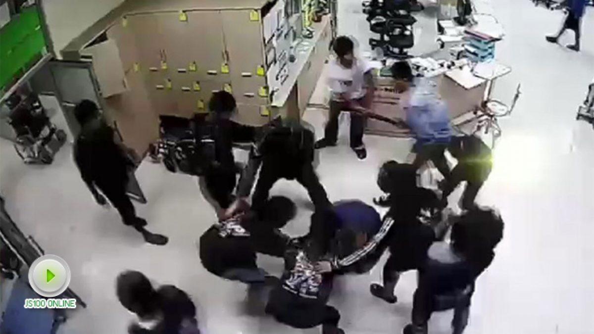 วัยรุ่นบุกยิงปืนขู่ และทำร้ายคู่อริ คาห้องฉุกเฉิน (07-11-60)