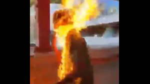 คลิประทึก! ม็อบฮ่องกงย่างสดคนเห็นต่าง จนร่างไฟลุกท่วม