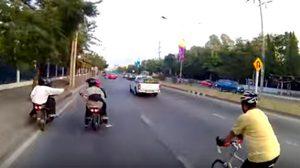 เถื่อนไปไหม! เด็กแว้นแสบขี่จยย.ประกบ ไล่ถีบนักปั่นจักรยาน