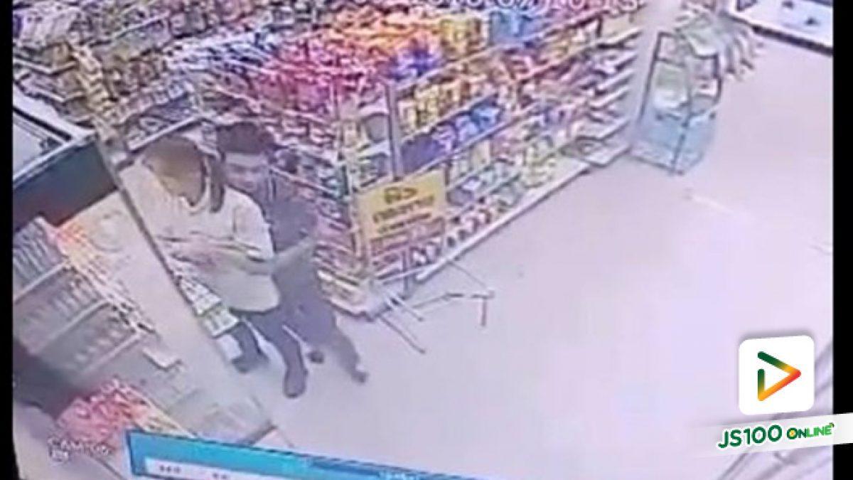 คลิปเตือนภัยหนุ่มนิรนามไล่กอดพนักงานสาวในร้านสะดวกซื้อ (25-09-61)