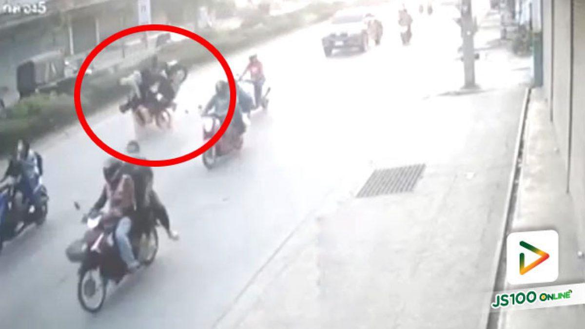 จยย.เสียหลักพุ่งชนแบริเออร์ปูนกั้นทำถนนย่านแพรกษา บาดเจ็บสาหัส 2 คน