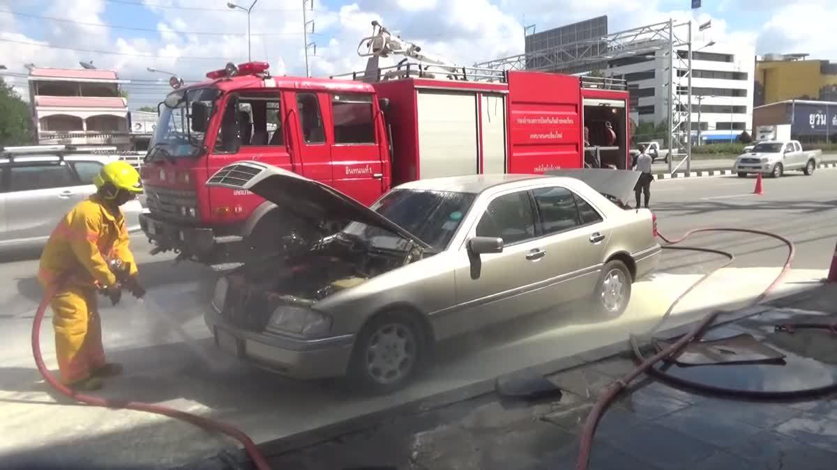 ระทึกไฟไหม้รถเบนซ์กลางถนน คนขับวิ่งหนีเอาชีวิตรอด