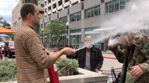 พ่อหนุ่มผมยาวยืนสูบบุหรี่หน้า ร้านอาหาร โดนเตือนยังทำนิ่ง เจอเจ้าของร้านเอาถังดับเพลิงฉีดเข้าหน้าเต็มๆ
