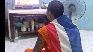 แชร์ว่อน ภาพคล้ายพระ-เณร ห่มธงชาติเชียร์บอลไทย