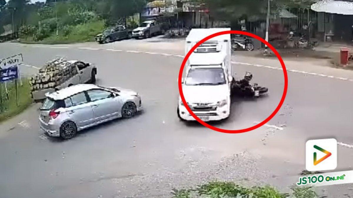 ปิคอัพเลี้ยวข้ามแยกตัดหน้ารถจยย. ชนกลางลำ เสียชีวิต (22/06/2020)