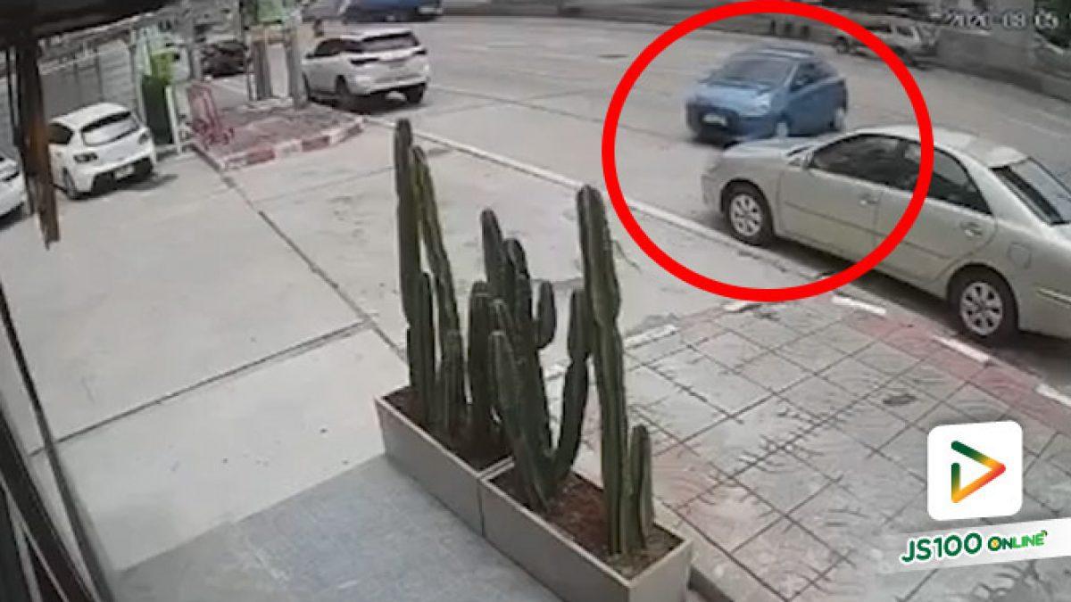 เก๋งไหลออกถนนไปแล้วหยุด หยุดโดยมีแบริเออร์กั้น.. (06/08/2020)