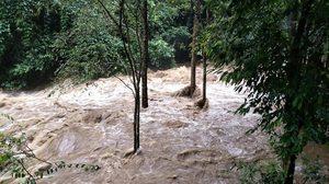 ปิดการท่องเที่ยวน้ำตกป่าละอู หลังฝนตกหนักอย่างต่อเนื่อง ทำให้เกิดน้ำป่าไหลหลาก
