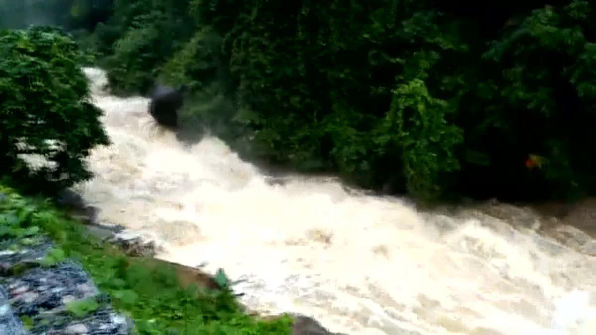 น้ำป่าทะลัก ล้นน้ำตกพรหมโลก เตือนชาวบ้านรับมือน้ำท่วม