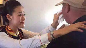 สมเป็นนางฟ้า! แอร์โฮสเตส จีน หัวใจสวยมาก ป้อนข้าว ผู้โดยสารพิการทางสมอง