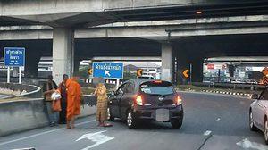 อือหือ! ภาพคุณป้าใจบุญ จอดรถข้างถนน ลงมาใส่บาตรพระยามเช้า