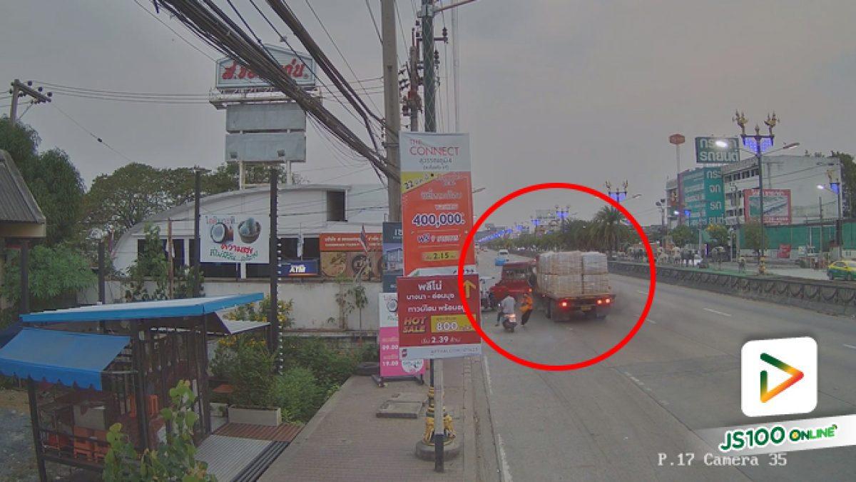 รถบรรทุกพุ่งชนสองแถวขณะจอดส่งผู้โดยสาร สองแถวเสียหลักพุ่งชนร้านซ่อมจยย. บาดเจ็บ 3 คน (02/03/2020)